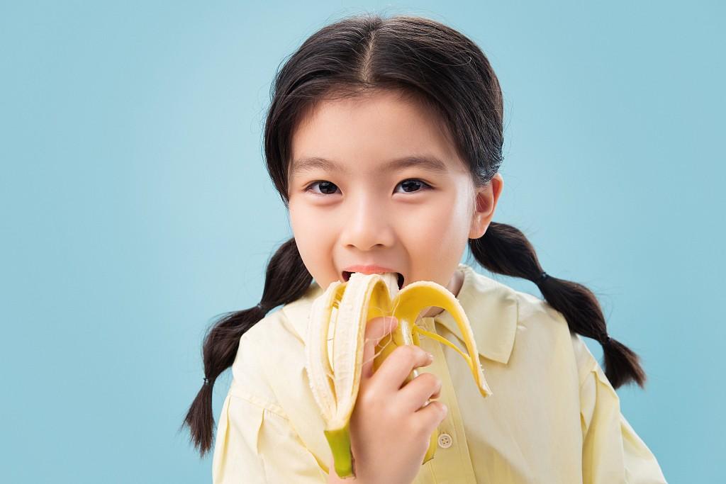 小朋友吃香蕉